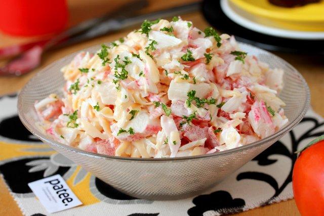 Салат из крабовых палочек сыра и помидор рецепт с