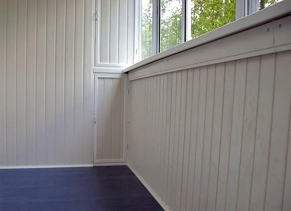 Внутренняя отделка белыми пластиковыми панелями