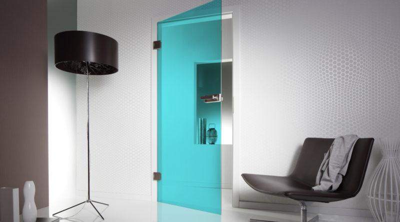 Распашная дверь в голубом цвете
