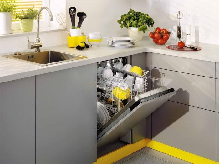 Вымытая посуда в загрузке