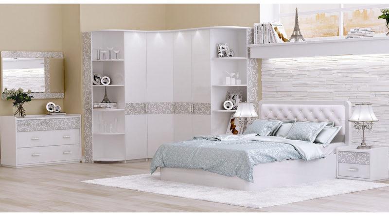 Белый шкаф в угол с открытыми полками по бокам