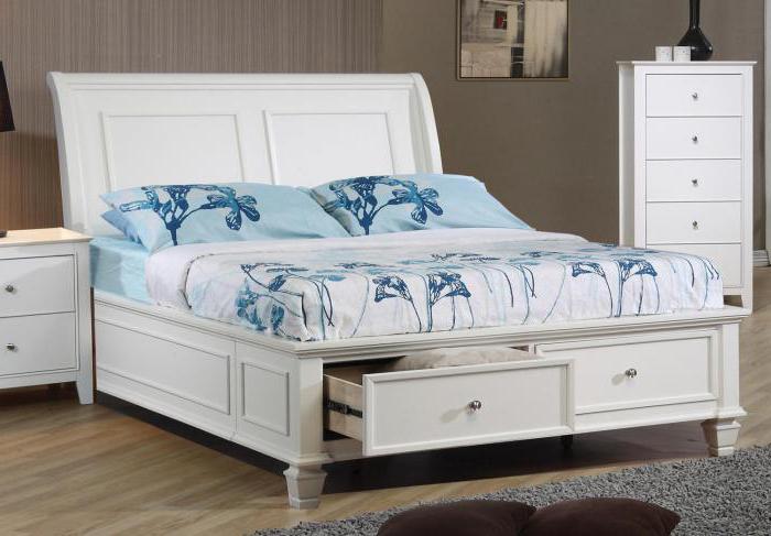Интересная белая корпусная кровать