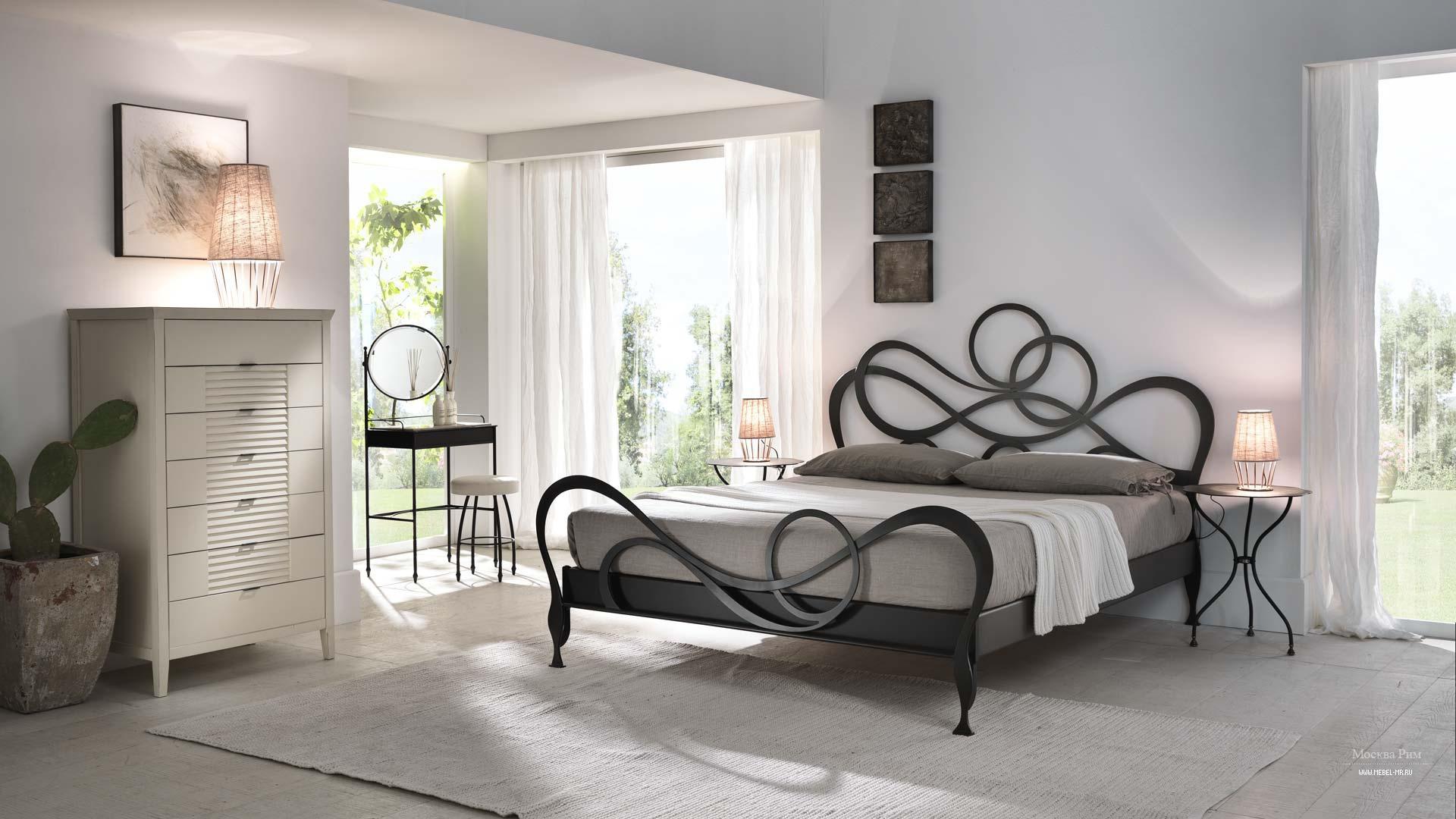 Красивая кровать с фигурным изголовьем