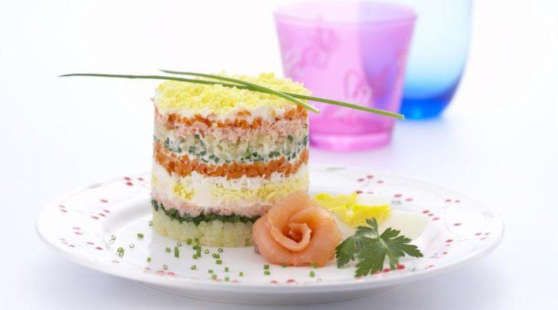 """Вкусный салат """"Мимоза"""", уложенный слоями"""