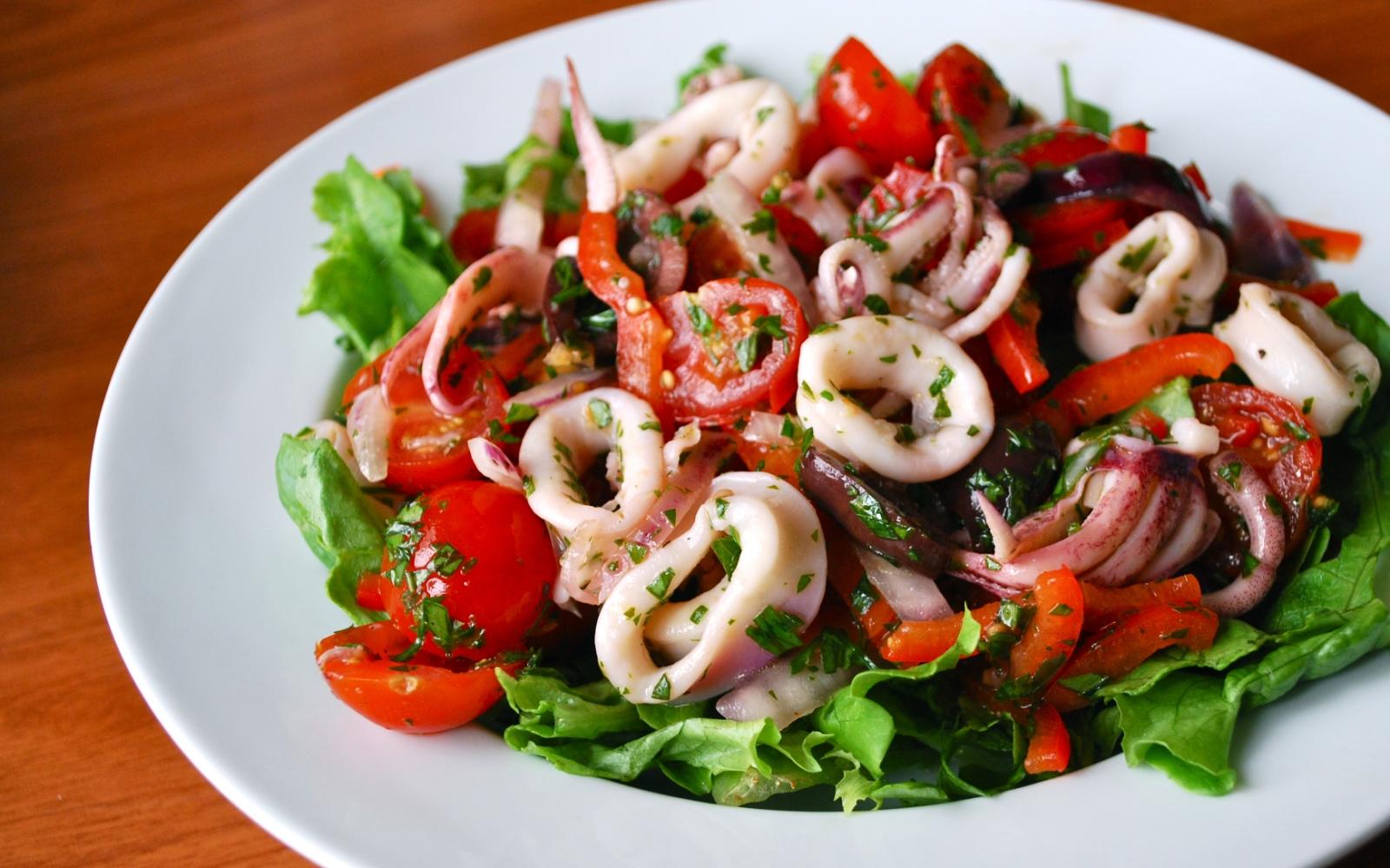 Вкусный салат из кальмаров и овощей