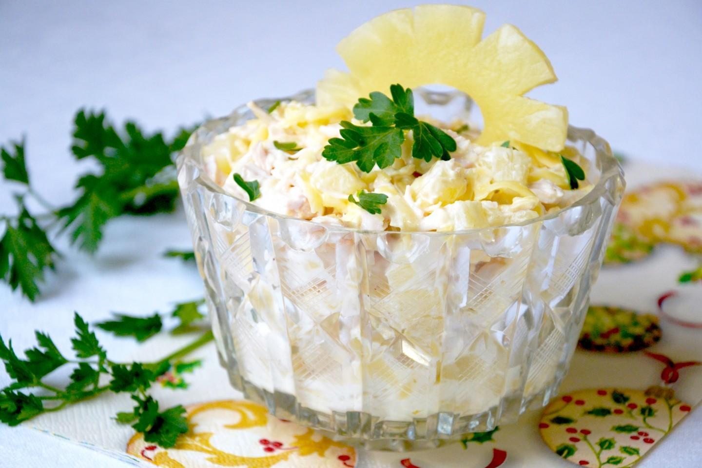 Салат выложен в прозрачную емкость