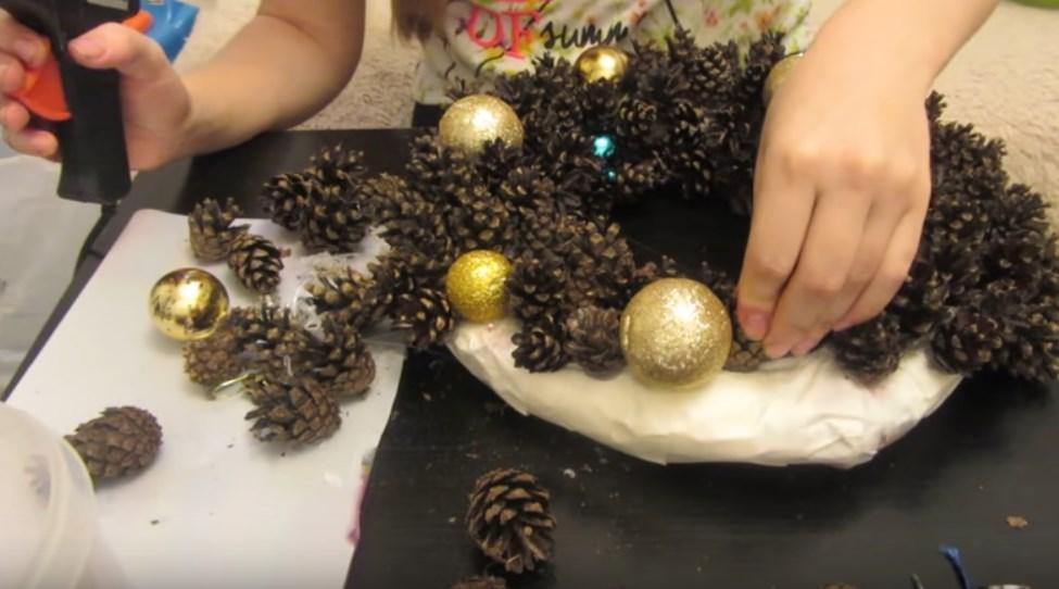 Как сделать новогодний венок из природного материала