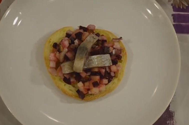 Винегрет с квашеной капустой, селедкой и солеными огурцами, рецепт с фото и видео — Вкусо.ру