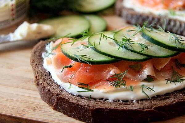 Бутерброды с красной рыбой и огурцом на электрогриле - рецепт пошаговый с фото