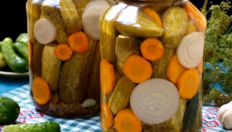 Огурцы с морковью на зиму: 5 самых вкусных рецептов